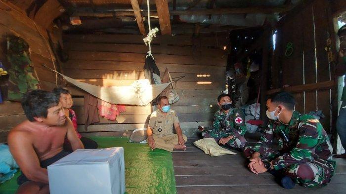 Prajurit Yonkav 12/BC Bagikan Sembako untuk Warga di Mempawah