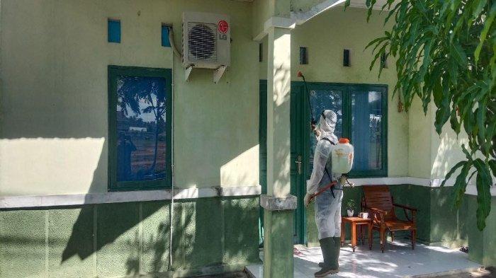 Prajurit Yonkav 12/Beruang Cakti menyemprotkan cairan disinfektan ke seluruh area lingkungan asrama