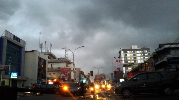 Awan gelap terlihat di atas langit Jl Gajahmada, Pontianak, Minggu (19/6/2016) sore.