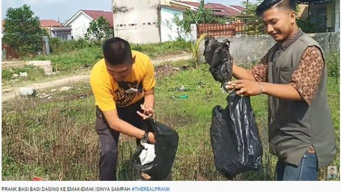Video prank bagi-bagi daging kurban berisi sampah viral dalam unggahan kanal YouTube Edo Putra Official.