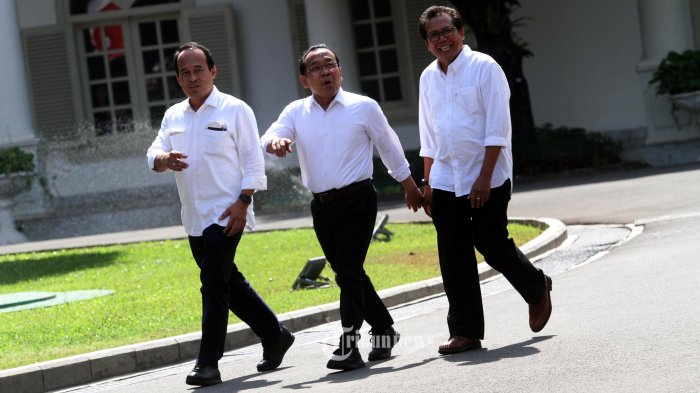DATANG KE ISTANA KEPRESIDENAN-Menteri Sekretaris Negara Kabinet Kerja 2014-2019 Pratikno (tengah) bersama Komisaris Utama Adhi Karya Fadjroel Rachman (kanan) dan mantan Staf Khusus Presiden Nico Harjanto berjalan memasuki kompleks Istana Kepresidenan, Jakarta, Senin (21/10/2019). Menurut rencana Presiden Joko Widodo akan memperkenalkan jajaran kabinet barunya usai dilantik Minggu (20/10/2019) kemarin untuk masa jabatan keduanya bersama Wapres Ma'ruf Amin periode tahun 2019-2024.