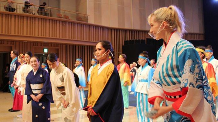 Peserta Yosakoi warga asing ikut berpartisipasi dalam Premium Yosako di Tokyo Jepang, Minggu (4/7/2021).