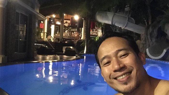 Denny Cagur Sungkeman kepada sang Ibu di Studio karena Tak Bisa Rayakan Idul Fitri di Rumah
