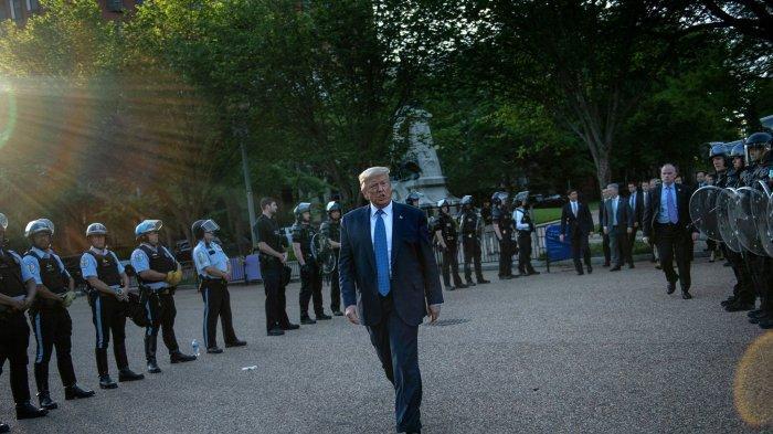 Presiden AS Donald Trump dikawal ketat Secret Service dan polisi ketika berjalan kaki di sekitar gedung putih.