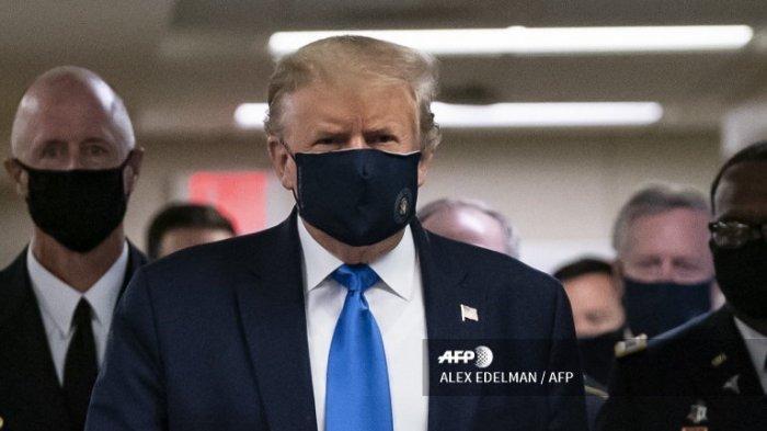 Presiden AS Donald Trump mengenakan masker ketika ia mengunjungi Pusat Medis Militer Nasional Walter Reed di Bethesda, Maryland pada 11 Juli 2020.