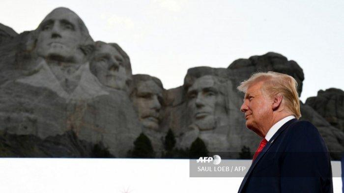 Presiden AS Donald Trump tiba di acara Hari Kemerdekaan AS di Mount Rushmore National Memorial di Keystone, South Dakota, 3 Juli 2020.
