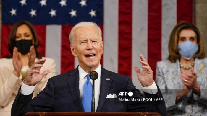 Presiden AS Joe Biden berpidato di sesi gabungan Kongres saat Wakil Presiden AS Kamala Harris dan Ketua DPR AS Nancy Pelosi bertepuk tangan di Capitol AS di Washington, DC, pada 28 April 2021.