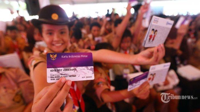 Siswa menunjukkan Kartu Indonesia Pintar dalam acara penyerahan Kartu Indonesia Pintar (KIP) di SLB Negeri Pembina, Jakarta, Rabu (6/3/2019). TRIBUNNEWS/IRWANNRISMAWAN