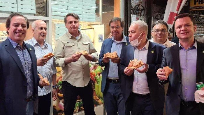 Tak Mau Divaksin, Presiden Brasil Jair Bolsonaro Terpaksa Makan Pizza di Pinggir Jalan Luar Restoran
