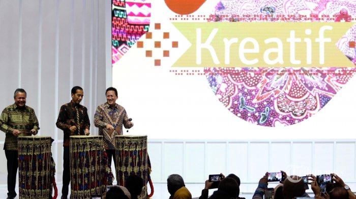 Gubernur Bank Indonesia Perry Warjiyo, Presiden Joko Widodo, dan Kepala Bekraf Triawan Munaf (kiri-kanan)    saat pembukaan  Pameran Karya Kreatif Indonesia di JCC Senayan, Jakarta Puasat, Jumat (12/07/2019). Pameran bertema Mendorong Pertumbuhan Melalui UMKM Go Export dan Go Digital tersebut menampilkan UMKM unggulan binaan Bank Indonesia. (Warta Kota/henry lopulalan)