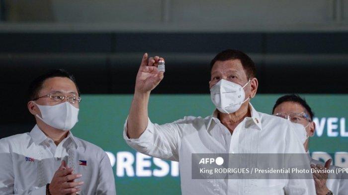 Foto selebaran ini diambil pada 4 Maret 2021 dan diterima pada 5 Maret dari Divisi Foto Kepresidenan (PPD) menunjukkan Presiden Filipina Rodrigo Duterte memegang botol vaksin AstraZeneca Covid-19 saat upacara di pangkalan udara militer di Manila, tak lama setelah vaksin tiba dari Eropa.