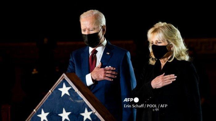 Presiden Joe Biden dan Ibu Negara Jill Biden memberikan penghormatan kepada mendiang Petugas Polisi Capitol Brian Sicknick di Rotunda Capitol di Washington, DC pada tanggal 2 Februari 2021.