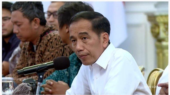 Presiden Joko Widodo menanggapi pertanyaan yang dilontarkan oleh wartawan dalam pertemuan dengan wartawan di Istana Merdeka, Jakarta.