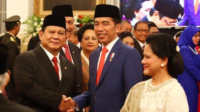 Presiden Joko Widodo didampingi Ibu Negara Iriana Joko Widodo berjabat tangan dengan Menteri Pertahanan Prabowo Subianto usai pelantikan Menteri Kabinet Indonesia Maju di Istana Negara, Jakarta, Rabu (23/10/2019).