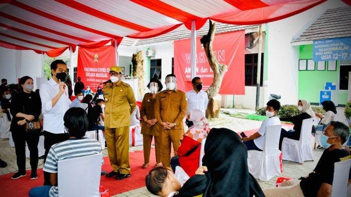 Presiden Joko Widodo dan Ketua DPR Puan Maharani saat meninjau vaksinasi pelajar di SMAN 4 Serang.