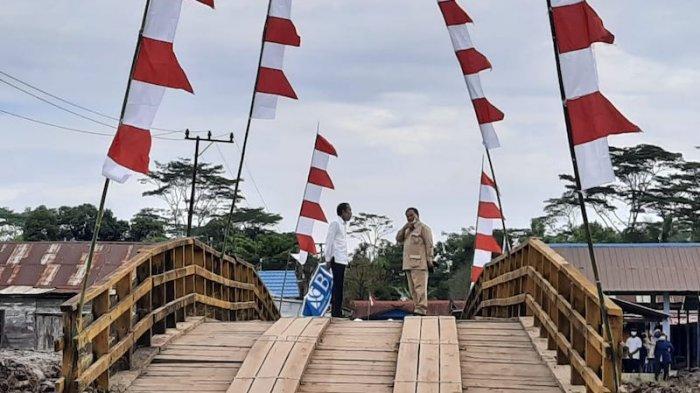 Saat Jokowi dan Prabowo Berdialog Empat Mata di Atas Jembatan Kayu