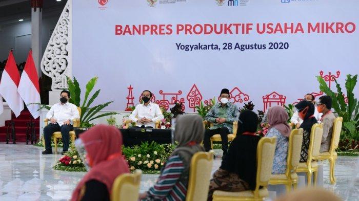 Presiden Joko Widodo (Jokowi)  menyalurkan Bantuan Presiden (Banpres) Produktif bagi pelaku usaha mikro dan kecil di Istana Kepresidenan Yogyakarta, Jumat (28/8/2020).