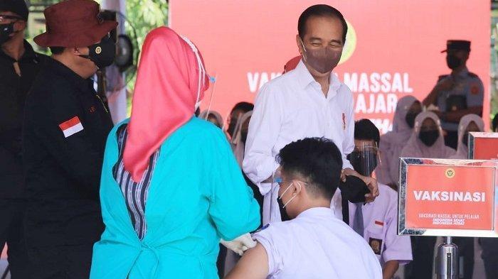 Presiden Joko Widodo (Jokowi) bersama Kepala BIN Budi Gunawan meninjau vaksinasi Covid-19 di SMAN 2 Cilacap, Jawa Tengah, Kamis (23/9/2021).