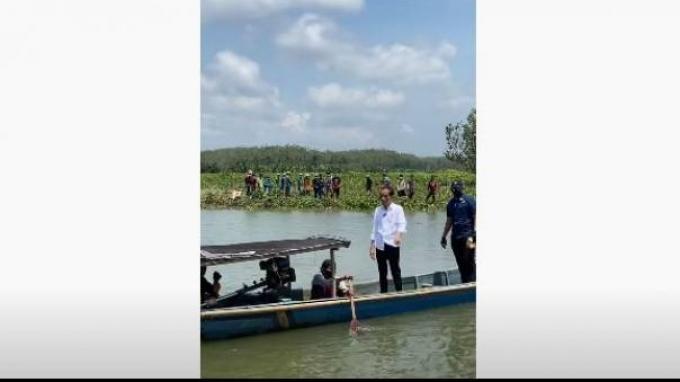 Video Jokowi Naik Perahu Seberangi Sungai Tanpa Pengawalan Ketat