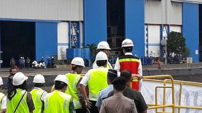 Presiden Joko Widodo didampingi Menhan Prabowo Subianto mengecek langsung kapal selam KRI Alugoro-405 di galangan PT PAL Indonesia,  Surabaya, Senin (27/1/2020).