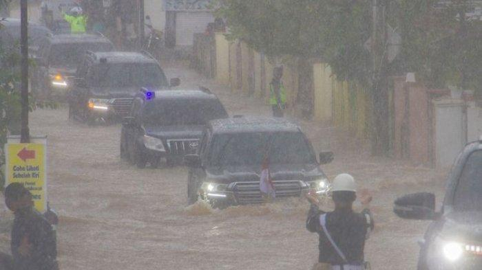 Presiden Joko Widodo yang berada di dalam mobil kepresidenan melintasi banjir