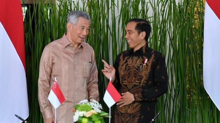 Presiden Joko Widodo dan Perdana Menteri Singapura Lee Hsien Loong saat menyaksikan penandatanganan nota kesepahaman para pejabat terkait seusai pertemuan Indonesia-Singapura Leader's Retreat yang digelar pada 11 Oktober 2018 di Hotel The Laguna Resort & Spa Nusa Dua, Kabupaten Badung, Bali