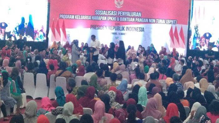 Ibu Titi Goda Jokowi di Atas Panggung