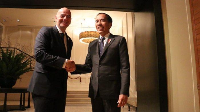 Presiden Jokowi bersalaman dengan Presiden FIFA Gianni Infantino usai pertemuan bilateral di The Boardroom Hotel Grand Hyatt Erawan, Bangkok, Sabtu (2/11/2019)