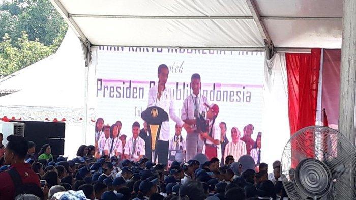 Presiden Jokowi Bagikan 2.000 KIP untuk Pelajar Balige