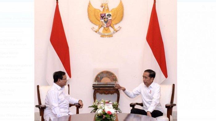 Presiden Jokowi dan Ketua Umum Gerindra Prabowo Subianto berbincang di Istana Merdeka, Jumat (11/10/2019).