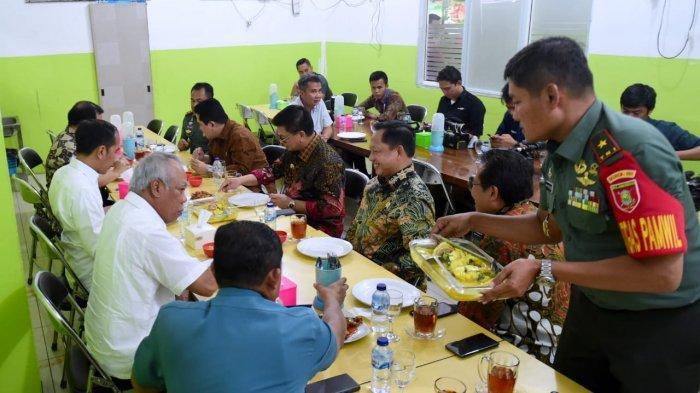 Saat Jokowi Makan Malam di Warung, Cicipi Sambal Buatan Gubernur Kaltara