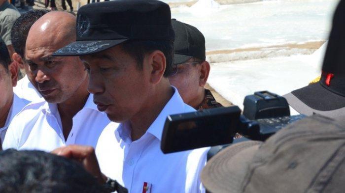 Presiden Joko Widodo (Jokowi) memberi keterangan kepada wartawan di lokasi tambak garam Desa Nunkurus Kecamatan Kupang Timur Kabupaten Kupang NTT, Rabu (21/8/2019). POS-KUPANG.COM/RYAN NONG