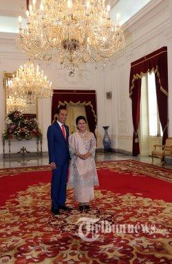 Presiden Joko Widodo (kiri) didampingi Ibu Negara Iriana Joko Widodo (kanan) berpose usai menerima sejumlah tamu negara, dan persiapan menuju Gedung DPR-MPR RI dari Istana Merdeka, Jakarta, Minggu (20/10/2019).. Warta Kota/Alex Suban