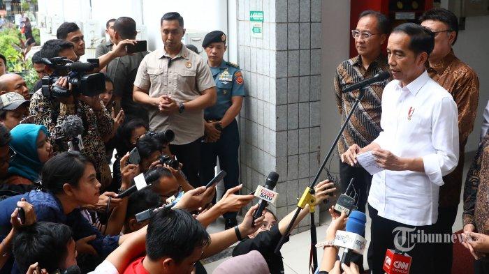 Presiden Joko Widodo memberikan keterangan kepada wartawan usai menjenguk Menkopolhukam Wiranto di Paviliun Kenangan RSPAD Gatot Soebroto, Jakarta, Kamis (10/10/2019). Menko Polhukam Wiranto dibawa dan dirawat di RSPAD setelah sebelumnya mendapat perawatan di RSUD Berkah Pandeglang, Banten karena diserang orang tidak kenal saat kunjungan kerja di daerah tersebut. TRIBUNNEWS/IRWAN RISMAWAN