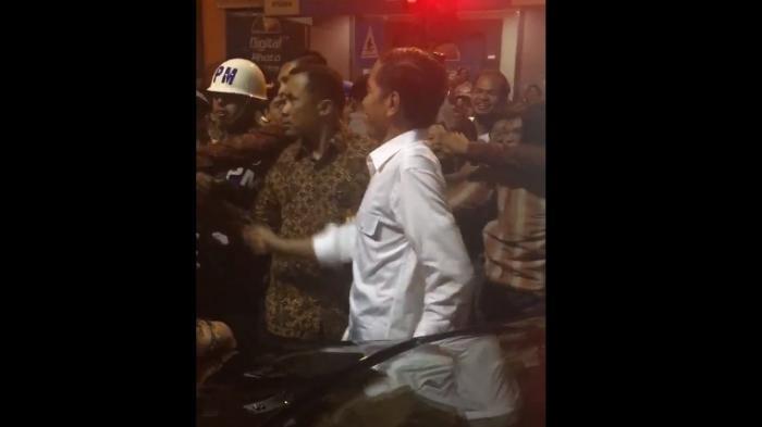 Duh Antusiasme Warga 'Mengkhawatirkan'! Lihat Video Tangan Presiden Jokowi Ditarik Warga