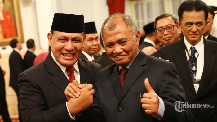 Ketua KPK periode 2015-2019 <a href='https://manado.tribunnews.com/tag/agus-rahardjo' title='AgusRahardjo'>AgusRahardjo</a> berjabat tangan dengan Ketua KPK Firli Bahuri usai upacara pelantikan Pimpinan dan Dewan Pengawas KPK di Istana Negara, Jakarta, Jumat (20/12/2019). Presiden Joko Widodo melantik lima pimpinan KPK periode 2019-2023 yakni Firli Bahuri, Alexander Marwata, Lili Pintauli Siregar, Nawawi Pomolango dan Nurul Ghufron. TRIBUNNEWS/IRWAN RISMAWAN