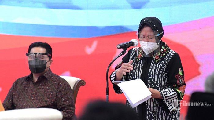 Menteri Sosial, Tri Rismaharini (kanan) memberikan laporan saat peluncuran program bantuan tunai se-Indonesia tahun 2021 oleh Presiden Joko Widodo di Istana Negara, Jakarta Pusat, Senin (4/1/2021). Peluncuran program bantuan tunai se-Indonesia 2021 dihadiri oleh sejumlah Menteri Kabinet Indonesia Maju dan masyarakat penerima bantuan sosial, baik yang hadir secara langsung di Istana Negara maupun yang hadir secara virtual. Presiden Jokowi menyatakan bahwa bantuan tunai se-Indonesia ini diluncurkan pemerintah dalam rangka membantu masyarakat mengatasi pandemi Covid-19. Tribunnews/HO/BPMI Setpres/Kris