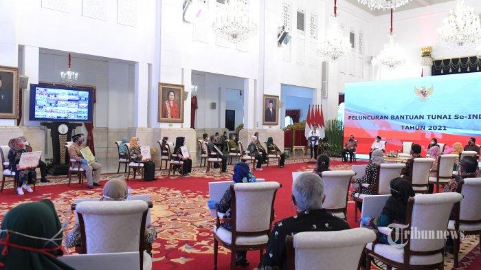 Presiden Joko Widodo resmi meluncurkan program bantuan tunai se-Indonesia tahun 2021 di Istana Negara, Jakarta Pusat, Senin (4/1/2021). Peluncuran program bantuan tunai se-Indonesia 2021 dihadiri oleh sejumlah Menteri Kabinet Indonesia Maju dan masyarakat penerima bantuan sosial, baik yang hadir secara langsung di Istana Negara maupun yang hadir secara virtual. Presiden Jokowi menyatakan bahwa bantuan tunai se-Indonesia ini diluncurkan pemerintah dalam rangka membantu masyarakat mengatasi pandemi Covid-19. Tribunnews/HO/BPMI Setpres/Kris