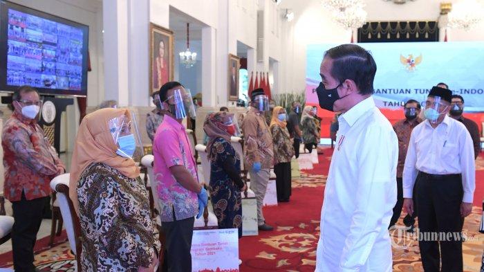 Presiden Joko Widodo resmi meluncurkan program bantuan tunai se-Indonesia tahun 2021 di Istana Negara, Jakarta Pusat, Senin (4/1/2021). Peluncuran program bantuan tunai se-Indonesia 2021 dihadiri oleh sejumlah Menteri Kabinet Indonesia Maju dan masyarakat penerima bantuan sosial, baik yang hadir secara langsung di Istana Negara maupun yang hadir secara virtual. Presiden Jokowi menyatakan bahwa bantuan tunai se-Indonesia ini diluncurkan pemerintah dalam rangka membantu masyarakat mengatasi pandemi Covid-19.