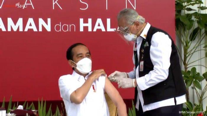 Presiden Jokowi menerima suntikan vaksin pertama Covid-19 buatan Sinovac pada Rabu (13/1/2021) di Istana Merdeka, Jakarta.