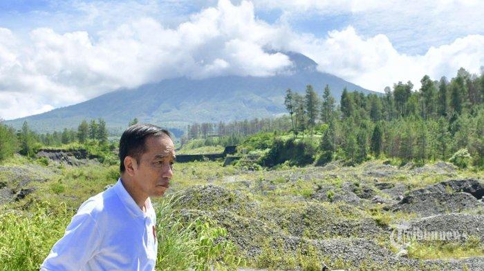 Presiden Joko Widodo meninjau upaya revitalisasi lahan kritis sekitar Dam Kali Putih, Magelang, Jawa Tengah, Jumat (14/2/2020)
