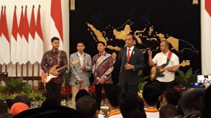 Presiden Jokowi menggelar silaturahmi dengan Pasukan Pangibar Bendera Pusaka (Paskibraka) dan Paduan Suara (Padus) Gita Bahana Nusantara, Sabtu (17/8/2019) malam di Istana Negara