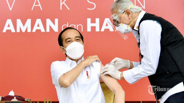 Presiden Joko Widodo menjadi orang pertama yang disuntik vaksin Covid-19 dalam program vaksinasi massal secara gratis di Indonesia, di Istana Merdeka, Jakarta Pusat, Rabu (13/1/2021) pagi. Vaksin yang disuntikkan kepada Presiden Jokowi adalah vaksin CoronaVac buatan Sinovac Life Science Co Ltd yang bekerja sama dengan PT Bio Farma (Persero). Sebelum disuntik vaksin, Presiden Jokowi terlebih dahulu melakukan pendaftaran dan verifikasi data, serta penapisan kesehatan, antara lain pengukuran suhu tubuh dan tekanan darah. Vaksinasi tersebut menjadi titik awal pelaksanaan vaksinasi nasional di Indonesia sebagai salah satu upaya penanganan pandemi Covid-19. Tribunnews/HO/Biro Pers Setpres/Laily Rachev