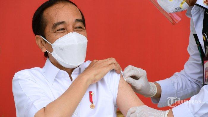 Vaksinator Gemetaran Saat Menyuntik, Begini Respon Jokowi