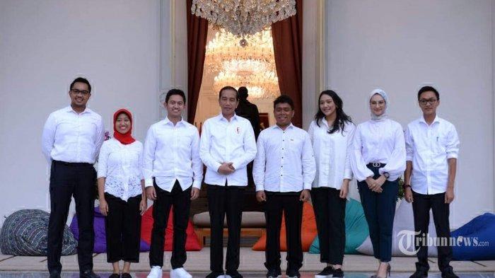 Presiden Joko Widodo mengenalkan tujuh orang sebagai Staf Khusus Presiden untuk membantunya dalam pemerintahan pada sebuah acara perkenalan yang berlangsung dengan santai di veranda Istana Merdeka, Jakarta Pusat, Kamis (21/11/2019) sore. Ketujuh staf khusus baru yang diperkenalkan Presiden Jokowi merupakan anak-anak muda berusia antara 23-36 tahun atau generasi milenial. Adapun ketujuh staf khusus baru yang diumumkan oleh Presiden Jokowi yaitu (kiri ke kanan) Andi Taufan Garuda Putra, Ayu Kartika Dewi, Adamas Belva Syah Devara, Gracia Billy Mambrasar, Putri Indahsari Tanjung, Angkie Yudistia, dan Aminuddin Maruf. Tribunnews/HO/Biro Pers Sekretariat Presiden/Kris