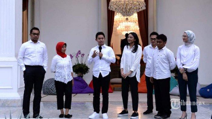 Presiden Joko Widodo mengenalkan tujuh orang sebagai Staf Khusus Presiden untuk membantunya dalam pemerintahan pada sebuah acara perkenalan yang berlangsung dengan santai di veranda Istana Merdeka, Jakarta Pusat, Kamis (21/11/2019) sore. Ketujuh staf khusus baru yang diperkenalkan Presiden Jokowi merupakan anak-anak muda berusia antara 23-36 tahun atau generasi milenial. Adapun ketujuh staf khusus baru yang diumumkan oleh Presiden Jokowi yaitu (kiri ke kanan) Andi Taufan Garuda Putra, Ayu Kartika Dewi, Adamas Belva Syah Devara, Putri Indahsari Tanjung, Aminuddin Maruf, Gracia Billy Mambrasar, dan Angkie Yudistia. Tribunnews/HO/Biro Pers Sekretariat Presiden/Kris