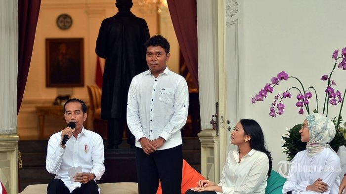 Presiden Joko Widodo memperkenalkan staf khusus barunya yang berasal dari kalangan milenial yaitu peraih beasiswa kuliah di Oxford Billy Gracia Yosaphat Mambrasar (dua kiri) disaksikan stafsus lainnya CEO dan Founder Creativepreneur Putri Indahsari Tanjung (kanan) dan pendiri Thisable Enterprise Angkie Yudistia (kanan) di halaman tengah Istana Merdeka Jakarta, Kamis (21/11/2019). Tugas yang diberikan Presiden pada stafsus milenialnya adalah mengembangkan inovasi-inovasi di berbagai bidang sesuai dengan keahliannya masing-masing. TRIBUNNEWS/SENO TRI SULISTIYONO