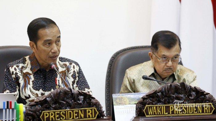 Presiden Joko Widodo (kiri) didampingi Wakil Presiden Jusuf Kalla memimpin rapat terbatas (ratas) di Kantor Presiden, Jakarta Pusat, Selasa (6/8/2019). Ratas itu membahas rencana pemindahan Ibu Kota RI ke salah satu daerah di Kalimantan.