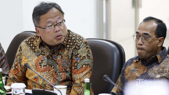 Menteri PPN/Bappenas Bambang Brodjonegoro (kiri) bersama Menteri Perhubungan Budi Karya Sumadi mengikuti rapat terbatas (ratas) di Kantor Presiden, Jakarta Pusat, Selasa (6/8/2019).