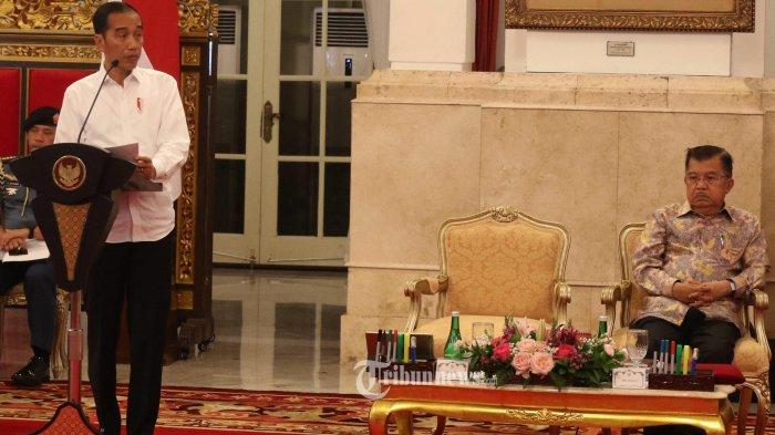 SIDANG KABINET PARIPURNA----Presiden Joko Widodo (kiri) didampingi Wakil Presiden Jusuf Kalla (kanan) menyampaikan pendahuluan saat memimpin Sidang Kabinet Paripurna di Istana Negara,  Gamrbir, Jakarta Pusat, Kamis (3/10/2019). Sidang Kabinet Paripurna tersebut membahas evaluasi pelaksanaan RPJMN 2014-2019 dan persiapan implementasi APBN Tahun 2020.-- Warta Kota/henry lopulalan